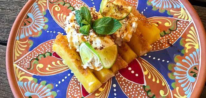 Deze ananas met rum kost een beetje werk en tijd maar maakt een geweldig toetje. Vanaf nu niet alleen nog maar te eten bij Casa di Bemelmans.