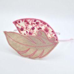 Serre-tête romantique, plume en feutrine beige et rose et feuille en tissu liberty vieux rose