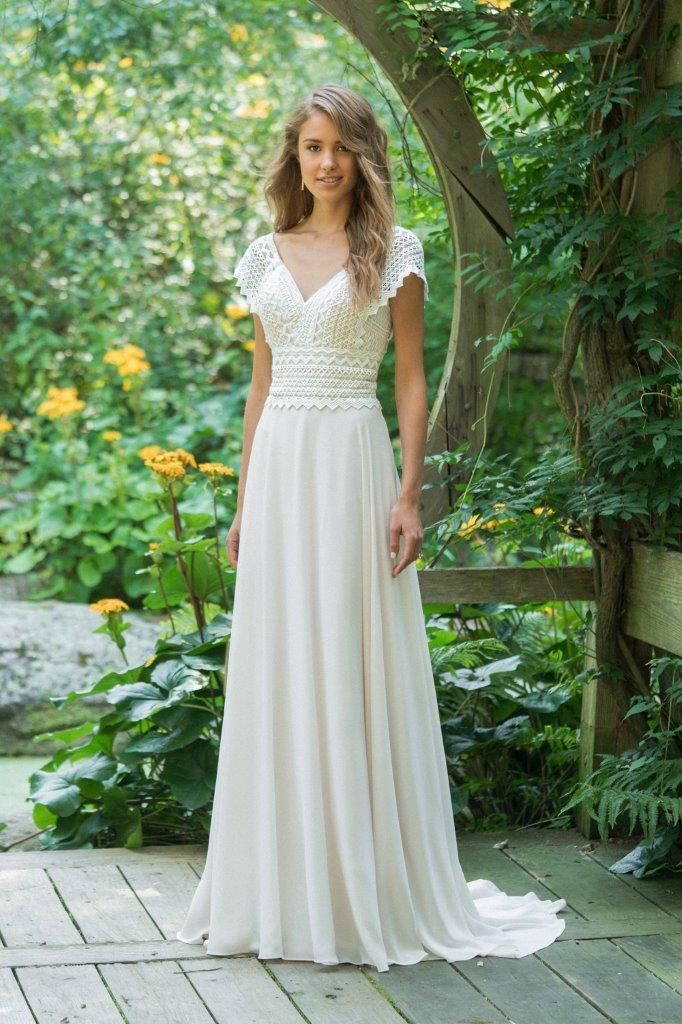 4723371e Den smukkeste og mest enkle brudekjole i chiffon (nederdelen) og bløde  blonder (toppen