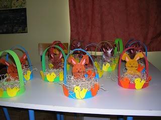 De beaux lapins dans des paniers de couleur!