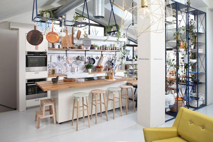 Bucătărie practică și funcțională cu insulă de gătit - Revista Casa lux