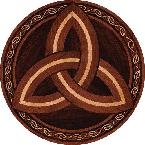 Triquetra: een Keltisch symbool om de waarde van de drie-eenheid te verbeelden. Een eenduidige betekenis van dit symbool is nooit vastgesteld. Dat geeft ruimte voor persoonlijke interpretatie.   De kracht van 3:   VERLEDEN, HEDEN EN TOEKOMST  VADER, MOEDER EN KIND  ZWART, WIT EN GRIJS, Handelen, denken en voelen.