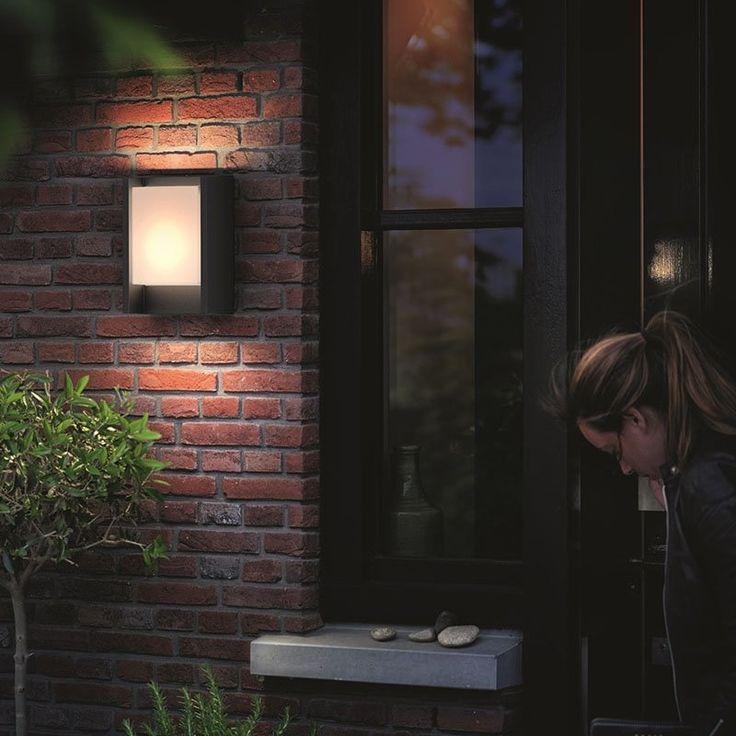 L'applique extérieure murale Arbour gris anthracite comprend un panneau lumineux ceint d'un cadre en aluminium moulé durable. Ce tableau resplendissant apporte à votre espace extérieur une abondante lumière blanche et chaude diffuse.
