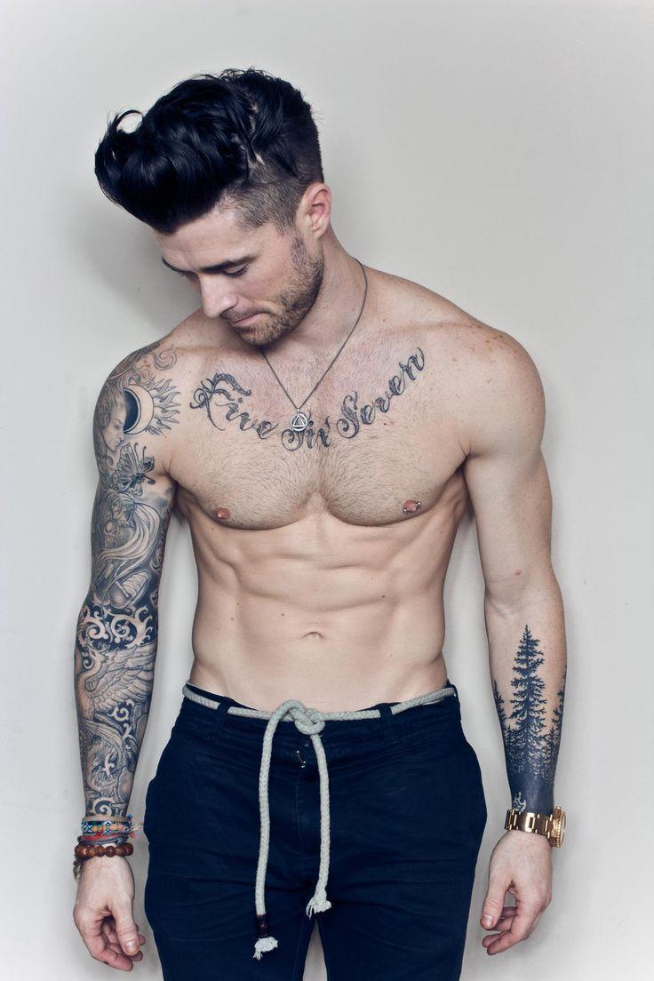 Chico con tatuaje en el pecho y los brazos                              …
