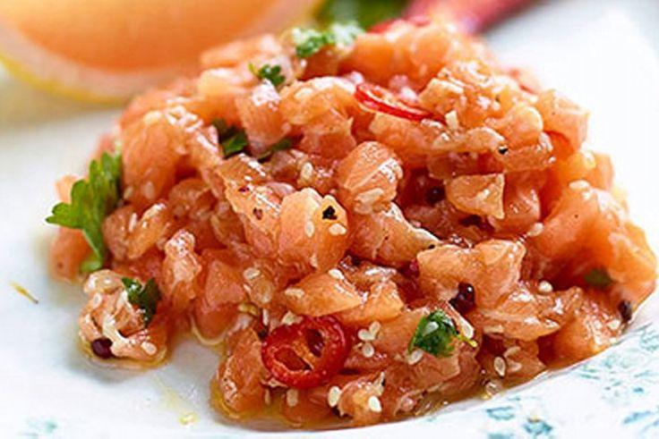 Recept voor: tartaar rauwe zalm op z thais | 1. Snijd de zalm in brunoise (in blokjes). 2. Snipper een sjalot en hak de ontpitte Spaanse peper fijn. 3. Meng de zalm, sjalot en Spaanse peper met het limoensap, sesamolie, koriander, gember en sojasaus. 4. Laat 5 min  …
