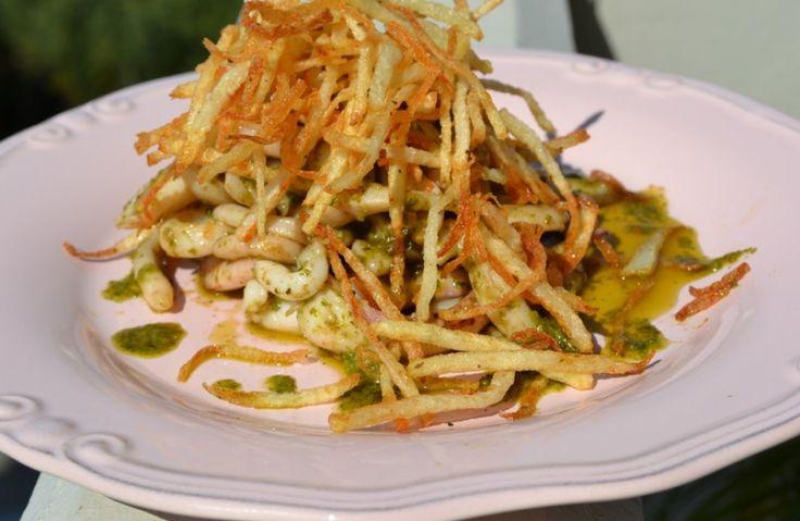 Καλαμάρι με πέστο μυρωδικών και άχυρο πατάτας