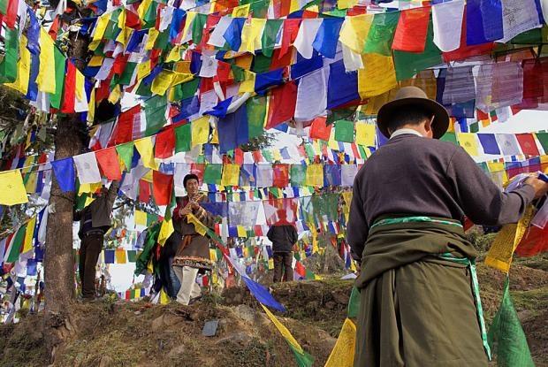 Banderines de oración tibetanos en McLeod Ganj, en Dharamsala (India).