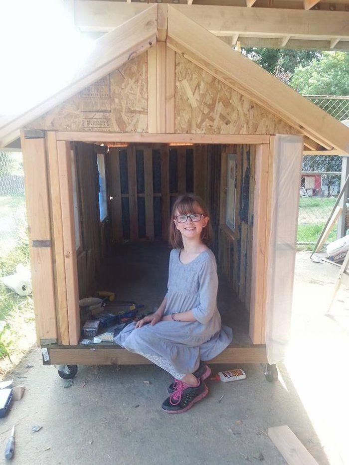 9χρονη χτίζει από το μηδέν ξύλινα σπίτια από παλέτες για άστεγους! |thetoc.gr