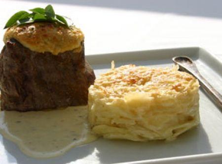 Filet Mignon com Crosta de Parmesão, Molho Blue Cheese e Gateau de Batata - Veja como fazer em: http://cybercook.com.br/receita-de-filet-mignon-com-crosta-de-parmesao-molho-blue-cheese-e-gateau-de-batata-r-3-70299.html?pinterest-rec
