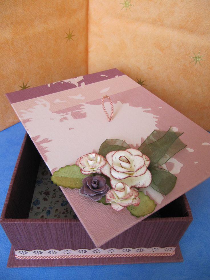 Caja de cartón forrada y decorada con flores.