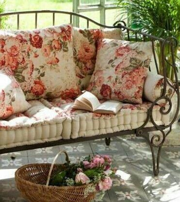 Love the tufted cushion!