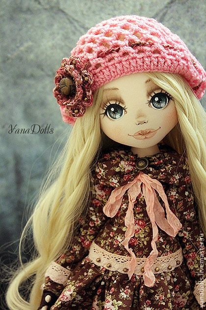 Энджи. Текстильная куколка Энджи, 46 см. Стоит на подставке, сидит с опорой. Ручки гнутся, волосы можно расчесывать, заплетать. Энджи одета в платье из хлопка, украшенное хлопковым кружевом, бусинами и шебби-лентой.