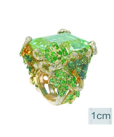 """Anello """"Incroyables Vendanges"""" in oro giallo, diamanti, berillio verde, smeraldi, zaffiri gialli e verdi, tsavoriti."""