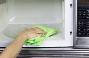 Een handige tip & makkelijke manier om jemagnetronschoon te maken: neem een kom met wateren (schoonmaak)azijn en zet dit 5minuten op de hoge stand in de magnetron. De stoom zal je magnetron heel snel schoonmaken en vlekken loswerken. Daarna kun je het gewoon schoonvegen met een droge doek. Slim!