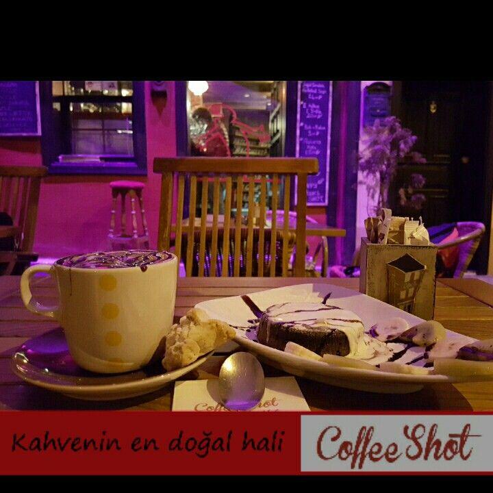Pazar günü çikolatalı suflenin tadını çıkarmak isteyen herkesi Coffee Shot'a bekliyoruz.  #coffeeshot #coffeeshots #mudanya #mütarekemeydanı #pazar #lezzet #tatlı #çikolata #sufle #sos #meyve #kahve #pazarkahvesi #kahvekeyfi #coffeetime #coffeelove #kahvesanatı #coffeegram