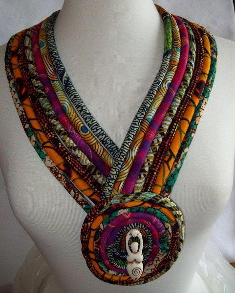 Collar de tela africana étnicos con cuerno por paintedthreads2