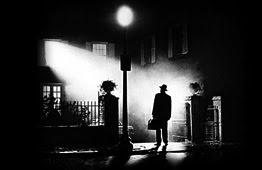"""El Exorcista"" (1973) de William Friedkin.   La antológica secuencia de la llegada del padre Merrin a la casa MacNeil en la noche."