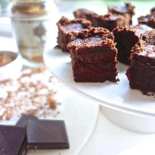 BLOEMLOZE BROWNIES - Amber Albarda.  Zacht, zoet en lekker vol van smaak. Gezonde, bloemloze brownies. Te lekker om te laten liggen.