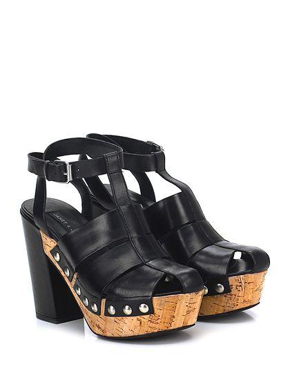 Sandalo alto in pelle con cinturino alla caviglia e borchie laterali. Suola in gomma, tacco 115, platform 40 con battuta 75.