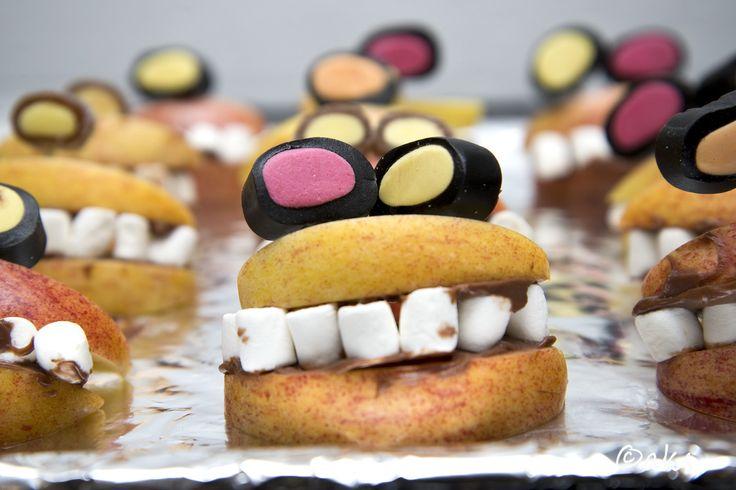 Ätbara monster av äppleklyftor, minimarshmallows och lakrits. Till halloween eller monsterkalaset.