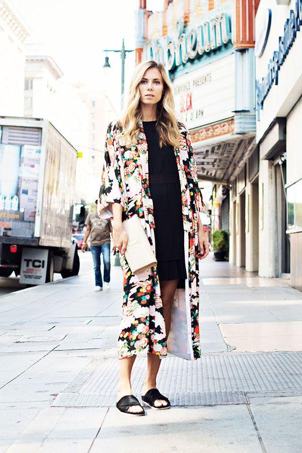 Look com kimono alongado, vestido preto e mule.