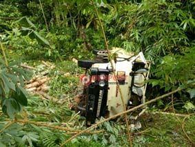 Rem Blong, Truk Masuk Jurang, Satu Penumpang Tewas - http://denpostnews.com/2017/04/24/rem-blong-truk-masuk-jurang-satu-penumpang-tewas/