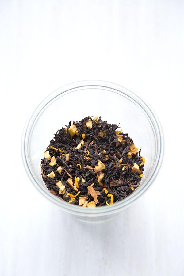 """Le thé de Noël maison - pour 1 sachet / 2 petits pots / une vingtaine de mousselines  60 g de thé noir type """"mélange anglais"""" 1 pomme 2 oranges 3 bâtons de cannelle (huiles essentielles de cannelle et orange douce)"""