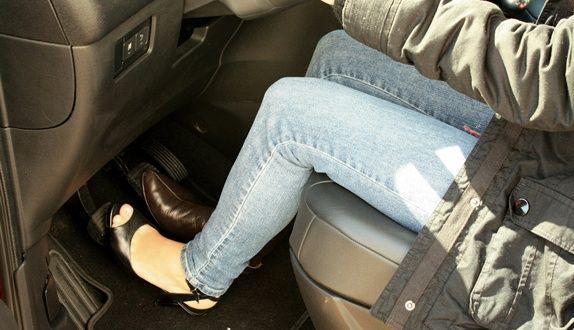 Qual o melhor calçado para dirigir  -  Quando se trata de direção e trânsito, até o calçado utilizado pelo motorista deve ser escolhido com cuidado. Um sapato que não ofereça conforto e segurança ao condutor pode comprometer seriamente a segurança do trânsito.    O artigo 252 do Código de Trânsito Brasileiro (CTB) é bem claro: é proibido dirigir usando calçado que não se firme nos pés ou que comprometa o uso dos pedais, como chinelo de dedo, tamancos ou outro calçado que não tenha as tiras p