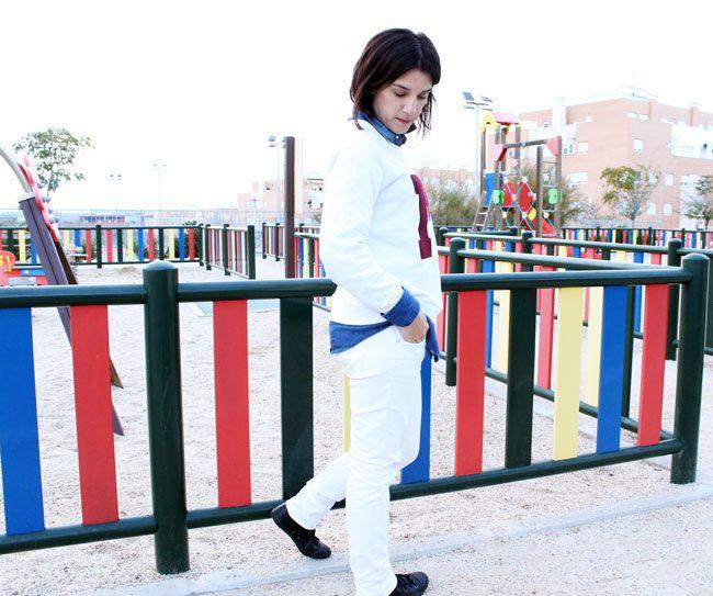 Sudadera university, camisa denim, converse de piel y jeans blanco.