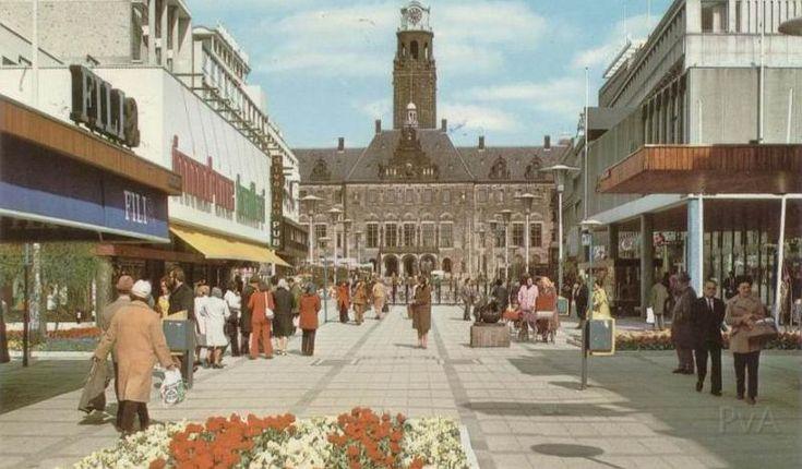 Stadhuisplein 1962. Stadhuis gezien via doorkijk van de Korte Lijnbaan.