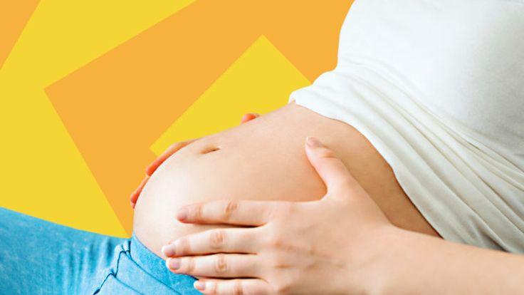 Eine schwangere Frau mit Babybauch. In der 23. SSW ist Dein Baby schon 28 Zentimeter groß.
