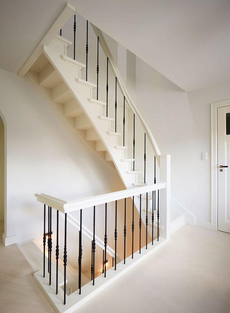 2de keus beuken trap wit gelakt met smeedijzeren spijlen door trappenlauwers trap hal - Leuning smeedijzeren trap ...