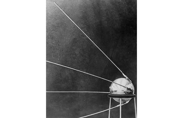4 October 1957: The Soviet Union launches Sputnik 1, the first Earth-orbiting artificial satellite. Sputnik's radio signals continue for 22 days until the transmitter batteries run out. It burns up on 4 January 1958 as it re-enters the Earth's atmosphere
