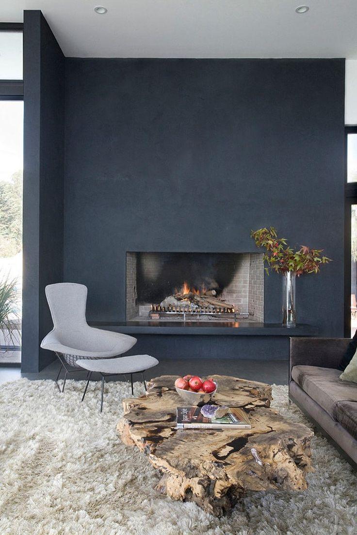 Soggiorno minimal con camino aperto e eccellente abbinamento rustico - moderno. Muro nero