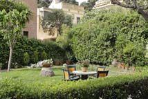 Estupendas zonas verdes, para pasear por la residencia geriatrica casa meva situada en plena ciudad de Barcelona