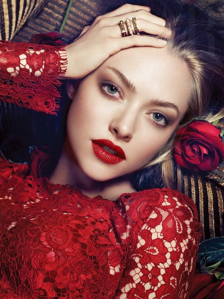 Amanda Seyfried | Love the natural eyes with red lips | Wedding makeup for blondes