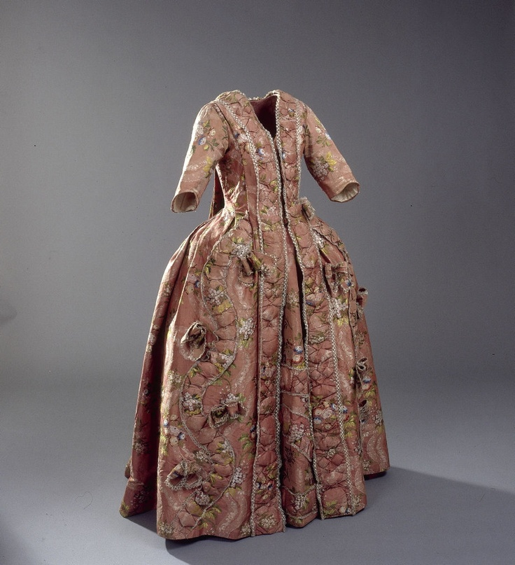 Manteau og skørt, 1700-1790    Manteau and skirt, 1700-1790
