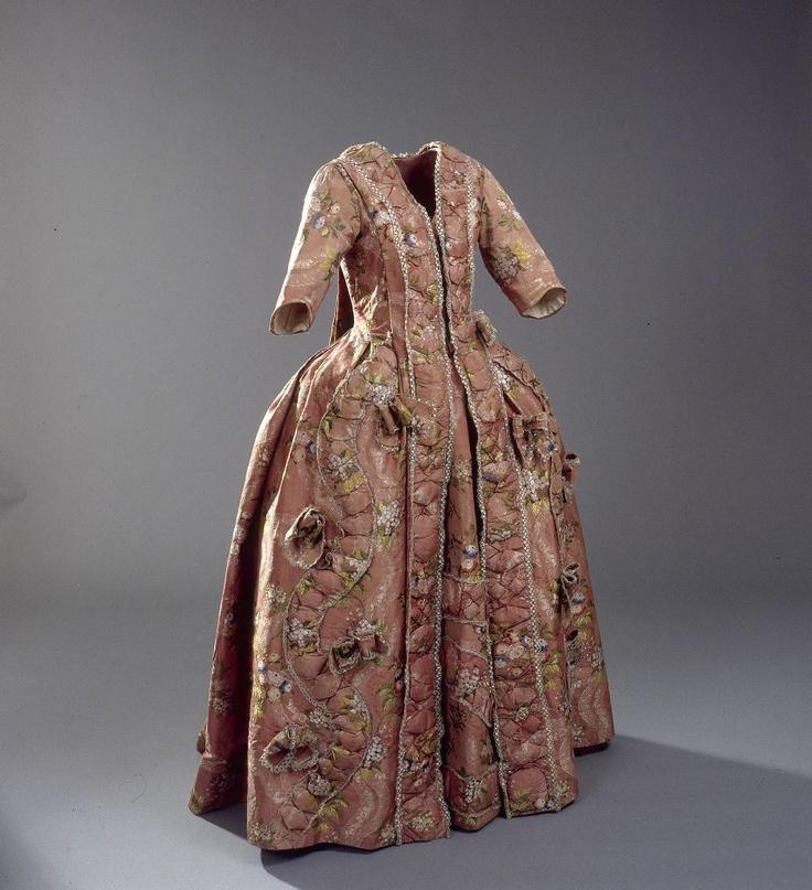Manteau og skørt, 1700-1790    Manteau and skirt, 1700-1790