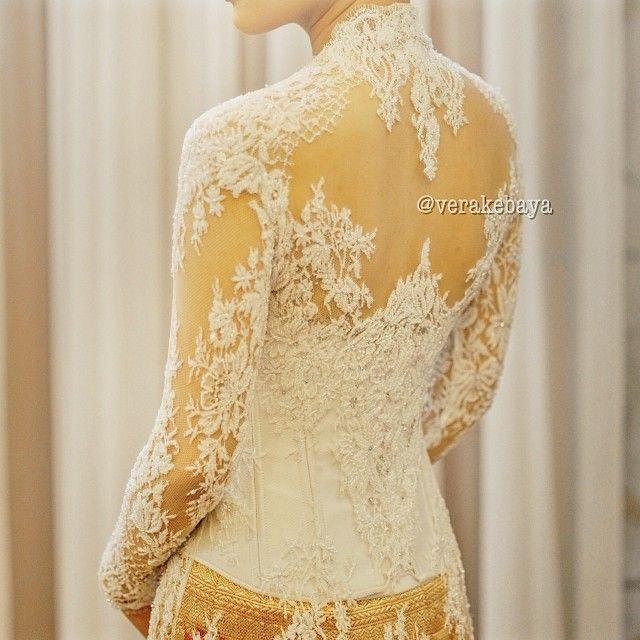 Details #kebaya #akad #nikah #pengantin #perkawinan #wedding #weddingdress #backdetails #lace - verakebaya @ Instagram