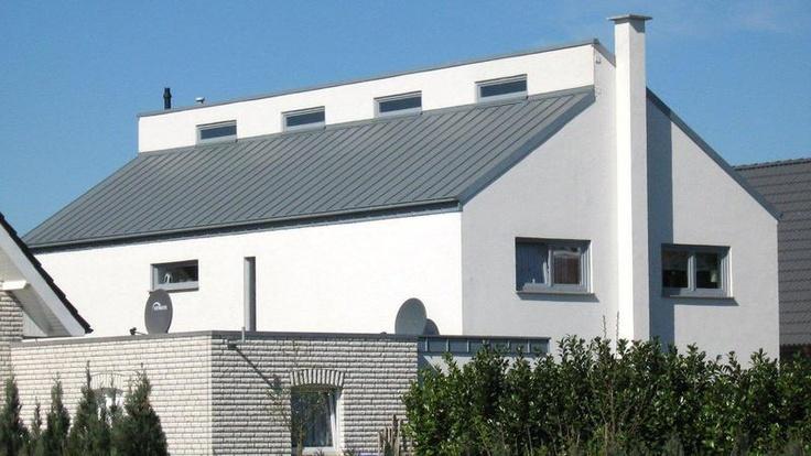 Weißes Wohnhaus mit asymmetrischem Dach. Dacheindeckung mit Zink durch Martin Kegelmann Dachdeckermeister in Münster (48163) | Dachdecker.com