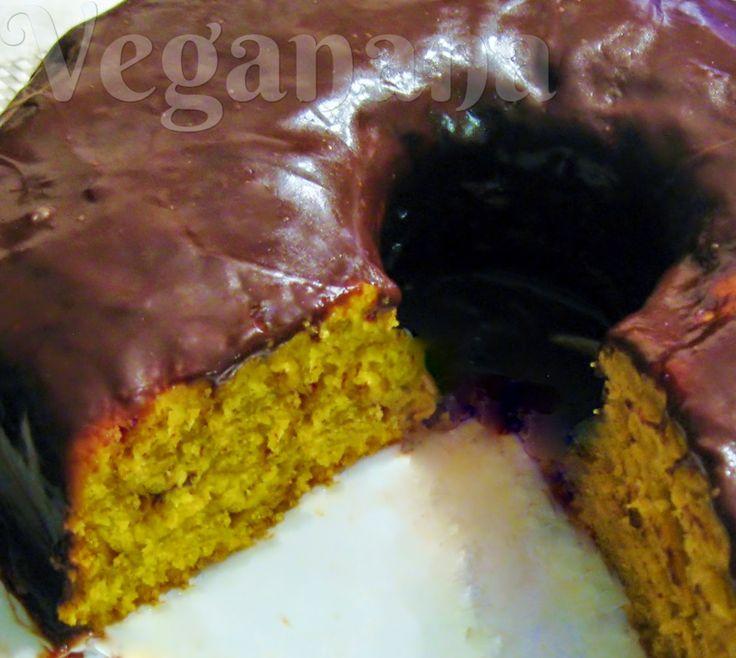 Meu primeiro bolo cenoura vegano. Ficou uma delicia, a massa bem macia e a  calda de chocolate deu o toque especial. Coloquei um pouco de suco de laranja na massa, ficou bom demais. Sempre gostei muito de bolo de cenoura, adorei a versão vegana, muito mais fácil de fazer do que eu imaginava. Bolo de Cenoura Vegano ~ Veganana