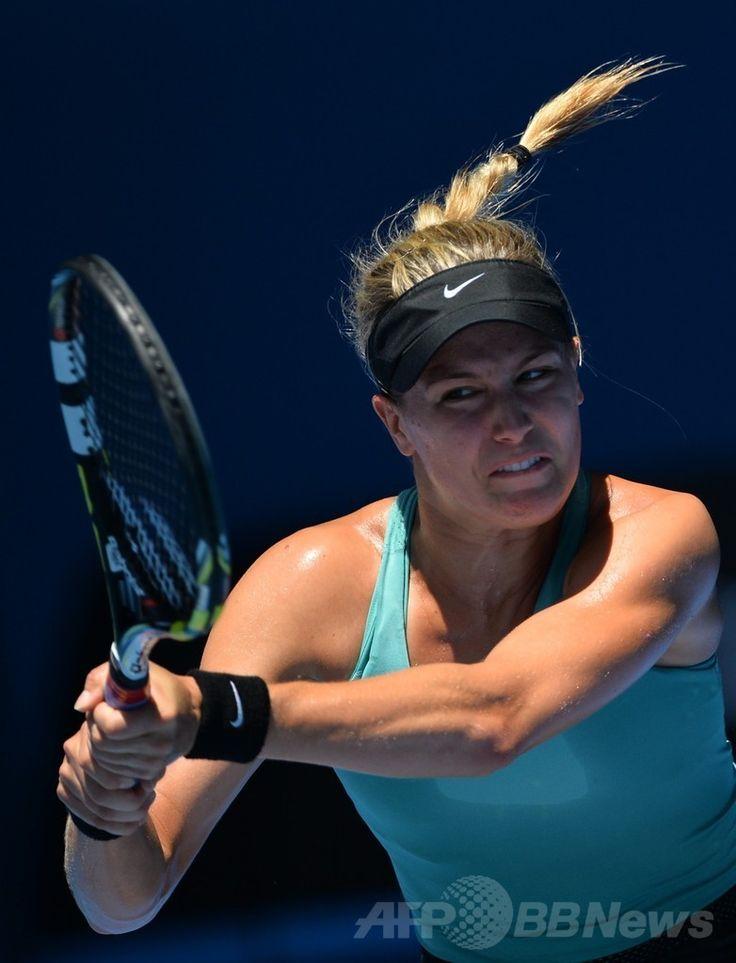全豪オープンテニス(Australian Open Tennis Tournament 2014)、女子シングルス準決勝。リターンを打つユージェニー・ブシャール(Eugenie Bouchard、2014年1月23日撮影)。(c)AFP/SAEED KHAN ▼23Jan2014 AFP|李娜、新鋭ブシャール下し決勝進出 全豪オープン http://www.afpbb.com/articles/-/3007074