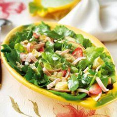 Salada com folhas e frutas ao molho de iogurte