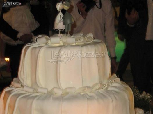 http://www.lemienozze.it/gallerie/torte-nuziali-foto/img6182.html Particolare torta nuziale con sposini come cake topper