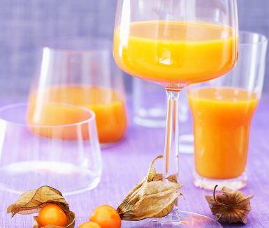 Söt mango, fräsch ananas och syrlig physalis blir en tropisk frukostjuice!