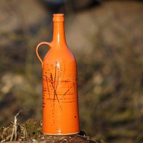 lahev štíhlá Píšťala - Oranžáda Láhev Píšťala se narodil v rodině Oranžáda. Dá se použít jako láhev na cokoliv dobrého, třeba i ostřejšího, jako váza na květiny nebo jen tak ... Má spoustu dalších příbuzných. Celá rodinka se postupně představuje v kategorii Oranžáda  objem: 1 litr  výška: cca 29,5 cm  dolní průměr: cca 10 cm  páleno 1250 °C  vhodné do myčky i mikrovlnné trouby