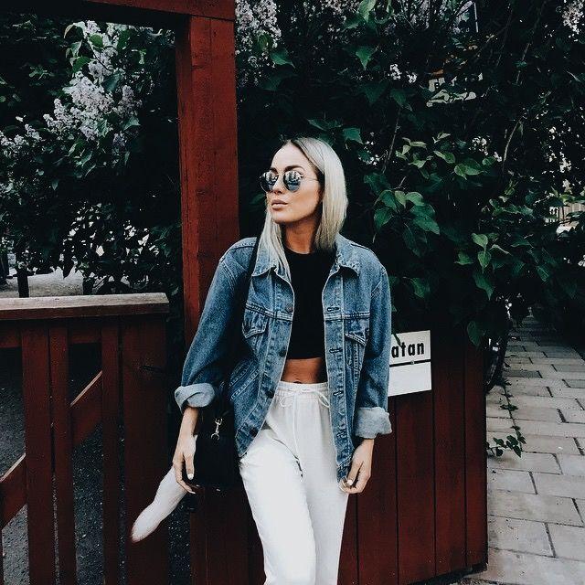 White pants + black crop top + denim jacket. Casual chic.
