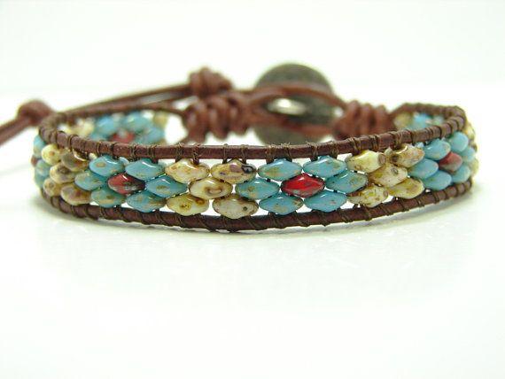 Deze prachtige blauwe bloem armband is gemaakt van 2 1/2 x 5 mm super duo kralen (turkoois blauw, rood en crème) kralen. Het is geweven op een noodlijdende bruin lederen koord met behulp van de Spaanse knoop aan beide uiteinden en afgebonden met een kleine Indische hoofd-knop voor de sluiting. De armband heeft twee maten, meet at 7 1/8 & 8 1/8 van de lus naar de knop en is een ongeveer 7/16 breed. Als u een ander formaat nodig hebt, laat het me weten bij het uitchecken...