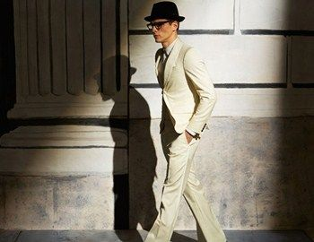 Η εμφάνιση του Businessman είναι συνήθως συντηρητική και κλασική.Δίνοντας μια πιο ελεύθερη εκδοχή στο editorial GQ Chinaφωτογραφίζεται ο βραζιλιάνος Alexandre Cunha, φορώντας δημιουργίεςSalvatore Ferragamo, Bottega Veneta, Ralph Lauren, Tom Ford.