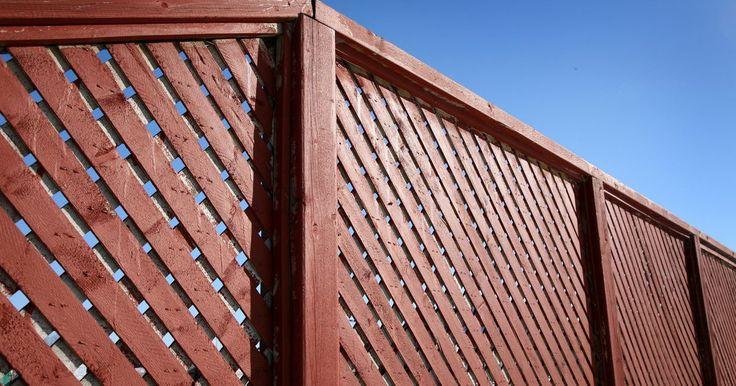 """Faça você mesmo: cerca de PVC para jardim. A maioria dos jardineiros sabe que um cercado pode embelezar e proteger o jardim de insetos famintos. No entanto, quando se trata de fazer a cerca, muitos jardineiros amadores não têm tempo nem o """"know-how"""". Felizmente, uma solução simples, até mesmo para os menos adeptos do faça-você-mesmo, são as cercas de jardim em vinil."""